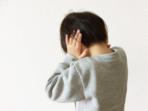 耳を塞ぐ子供