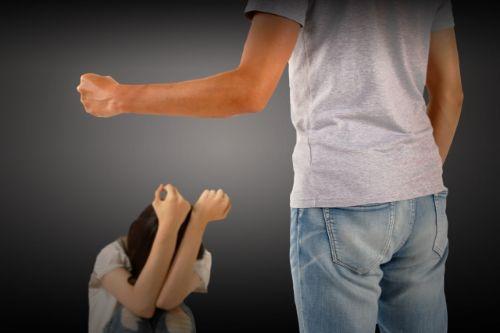 父に暴力を受ける子供