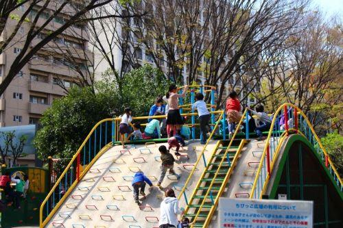 公園の大きな滑り台