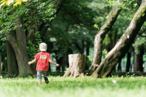公園で一人で遊ぶ子供