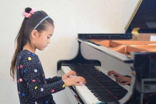 ピアノを習う娘