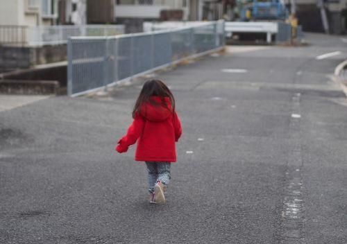 一人で歩く女の子