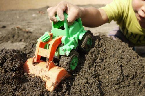 砂場で汚れる子供