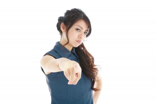 指を指し怒る妻