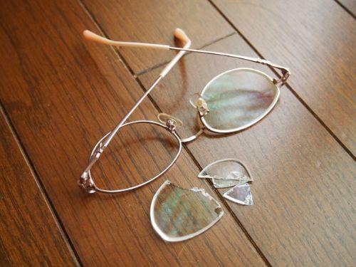 暴力で割れたメガネ